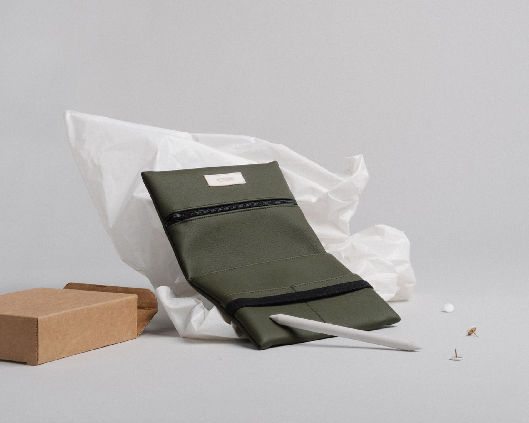 Pouch (olive green) in vegan leather, made in Portugal by wetheknot.
